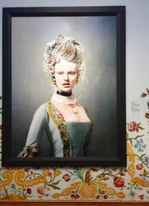 Barokke twist van Erwin Olaf. Catwalk Rijksmuseum met overzichtstentoonstelling mode van 1625 tot 1960.