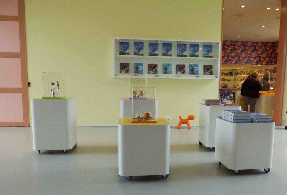 Presentatieblokken in verschillende zachte kleuren. Groninger museumwinkel.