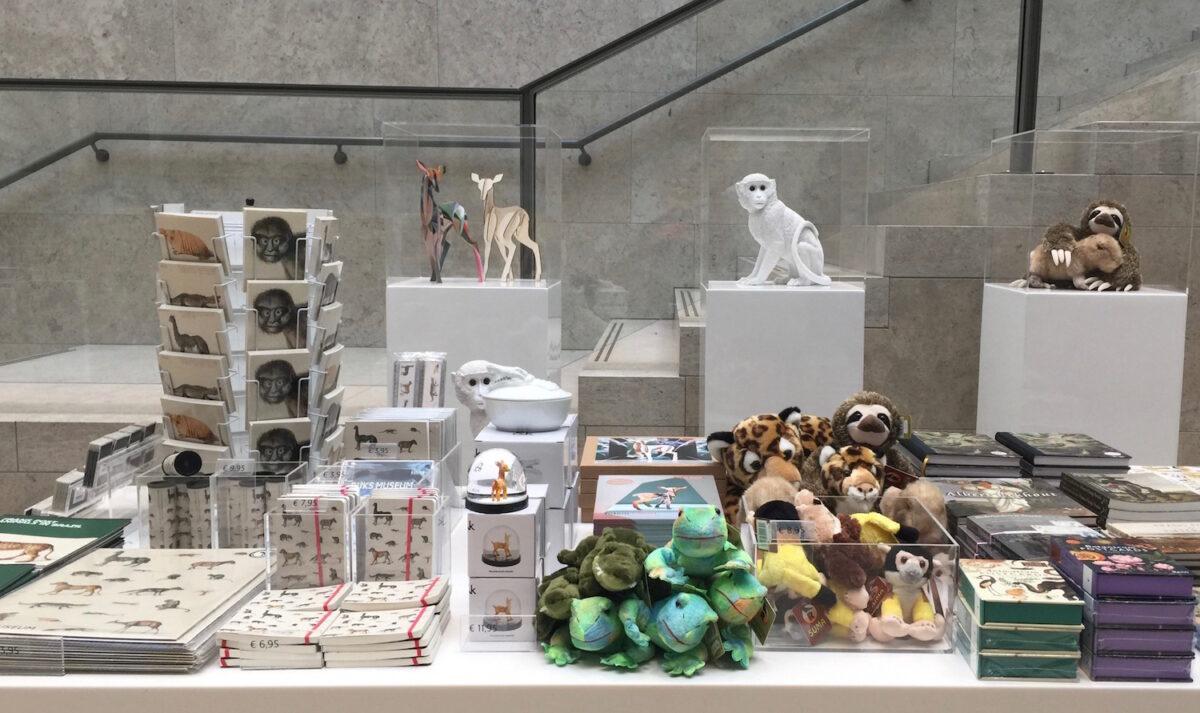 Kleine witte aapje trekt je naar extra verkoopplek in het Rijksmuseum.